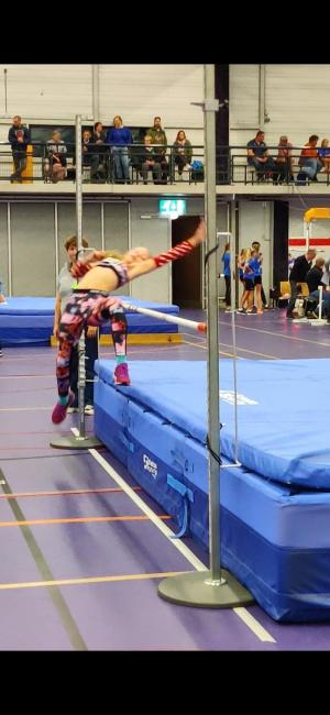 Gwen Wiedemeijer bij het hoogspringen