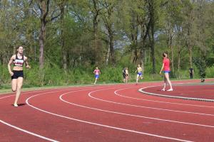 Danique op weg naar de winst op de 400m