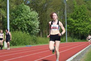 Lisanne op weg naar de winst op de 3000m