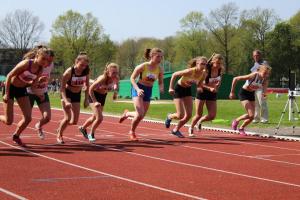 Start van de 800m van Amber en Emma