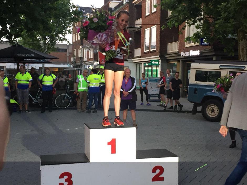 Iris Wilms na het winnen van de dubbele mijl