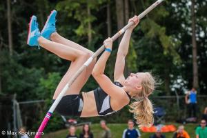 Elise Lauret tijdens haar polsstoksprong