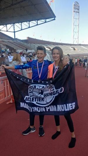 Jonas en Noortje met hun medaille